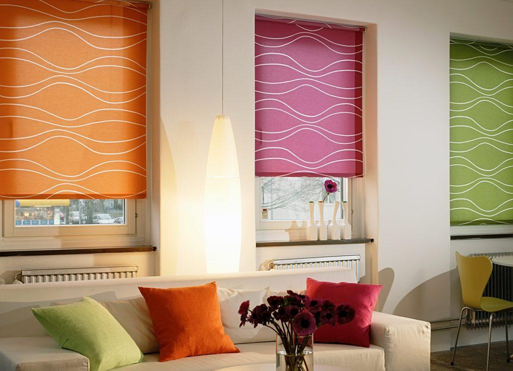 Плотные яркие рулонные шторы в гостиной
