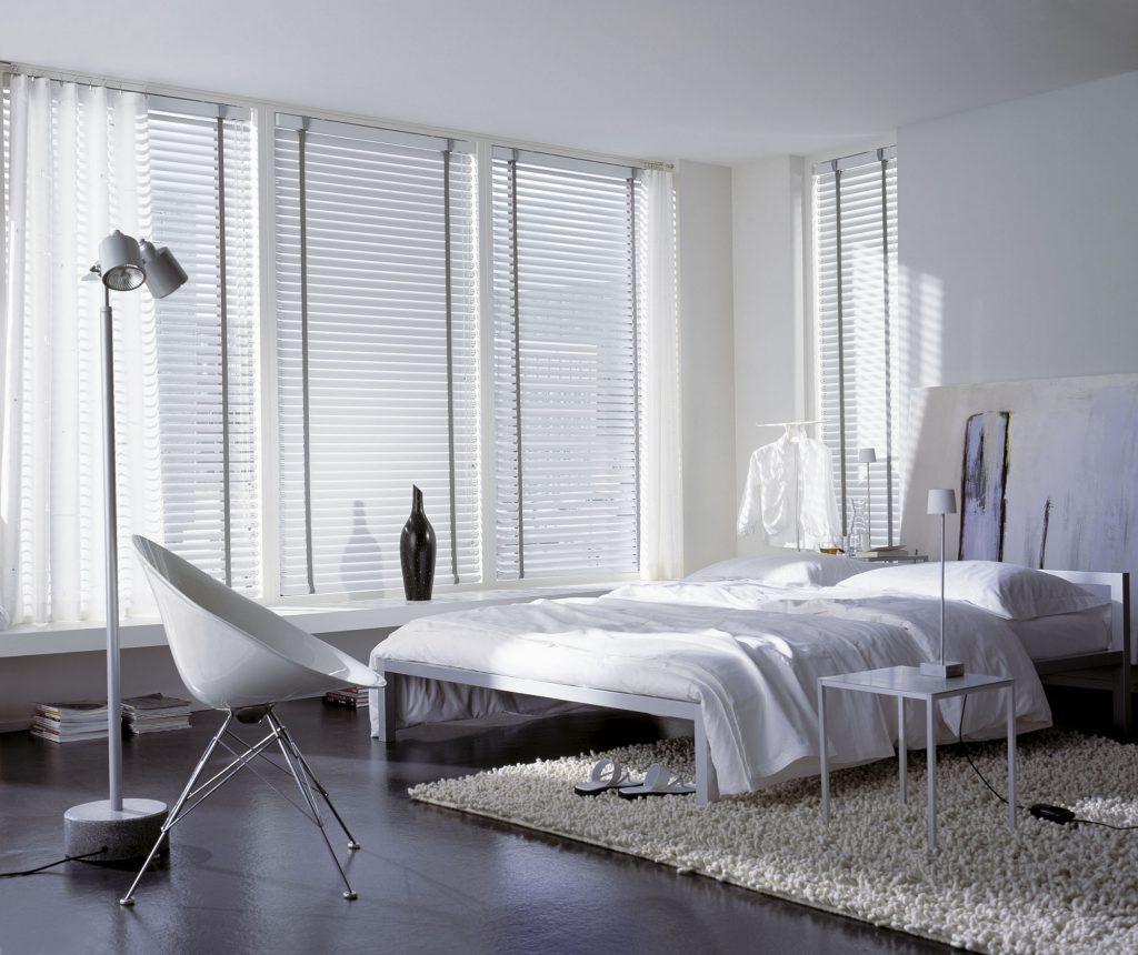 Белые жалюзи в черно-белой спальне