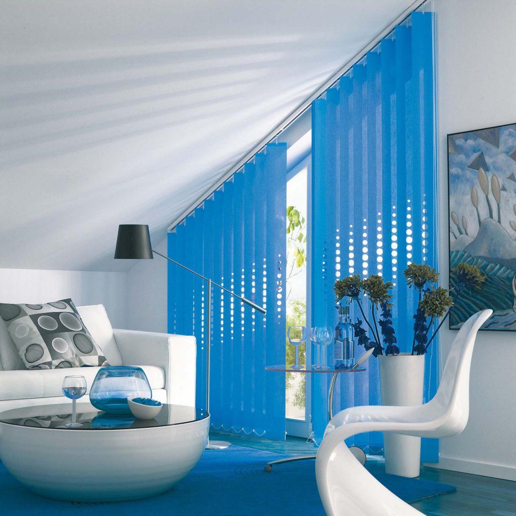 Вертикальные синие жалюзи с отверстиями