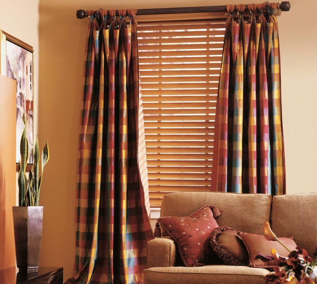 Кремовые жалюзи и клетчатые шторы в гостиной