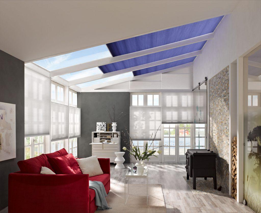 Жалюзи на мансардных и обычных окнах позволяют полностью контроливать уровень освещенности