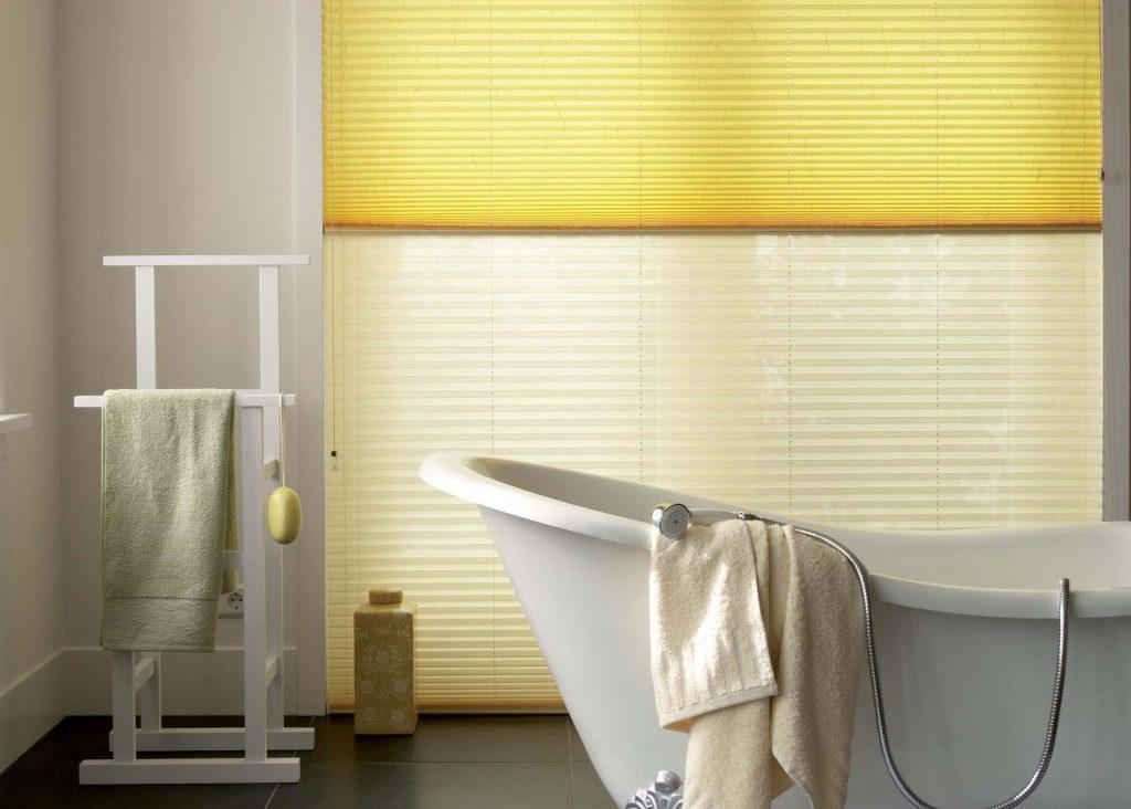 Желтые рулонные шторы в ванной