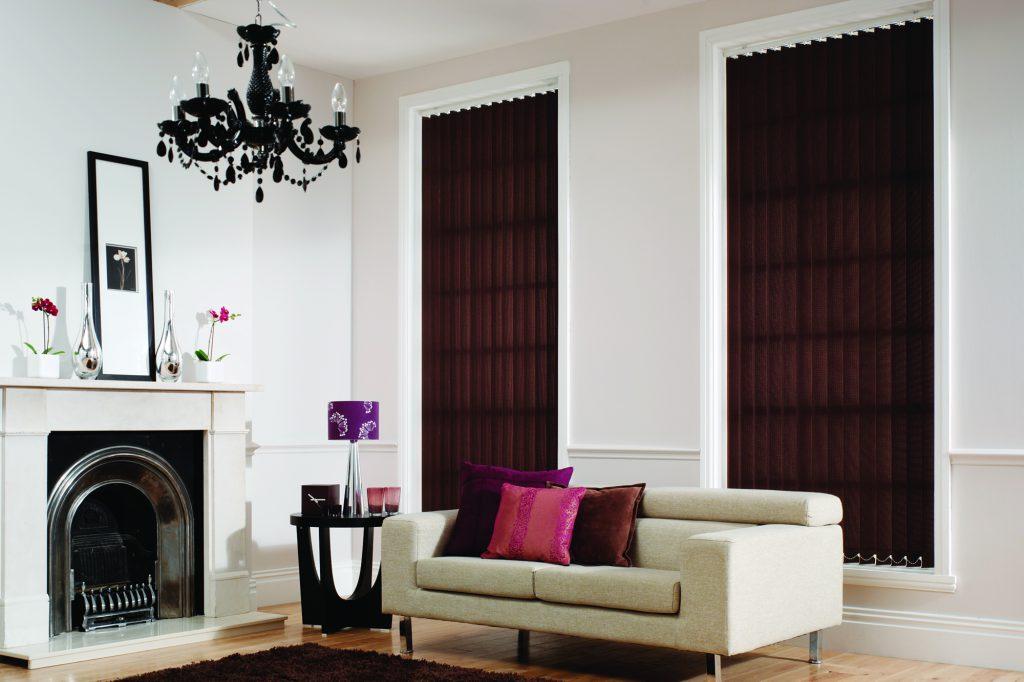 Вертикальные коричневые тканевые жалюзи в светлой гостиной