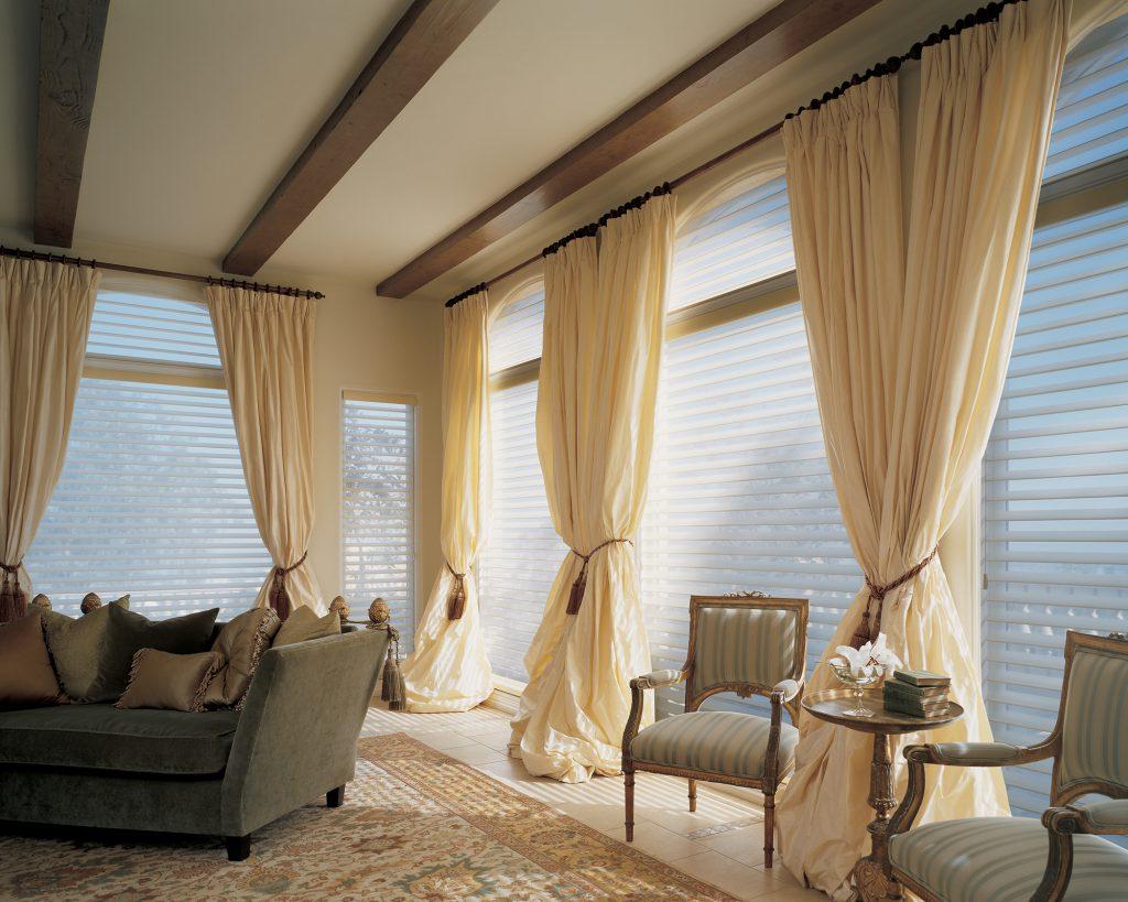 Полупрозрачные жалюзи и кремовые шторы в гостиной