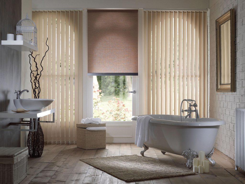 Вертикальные жалюзи и рольшторы в ванной комнате