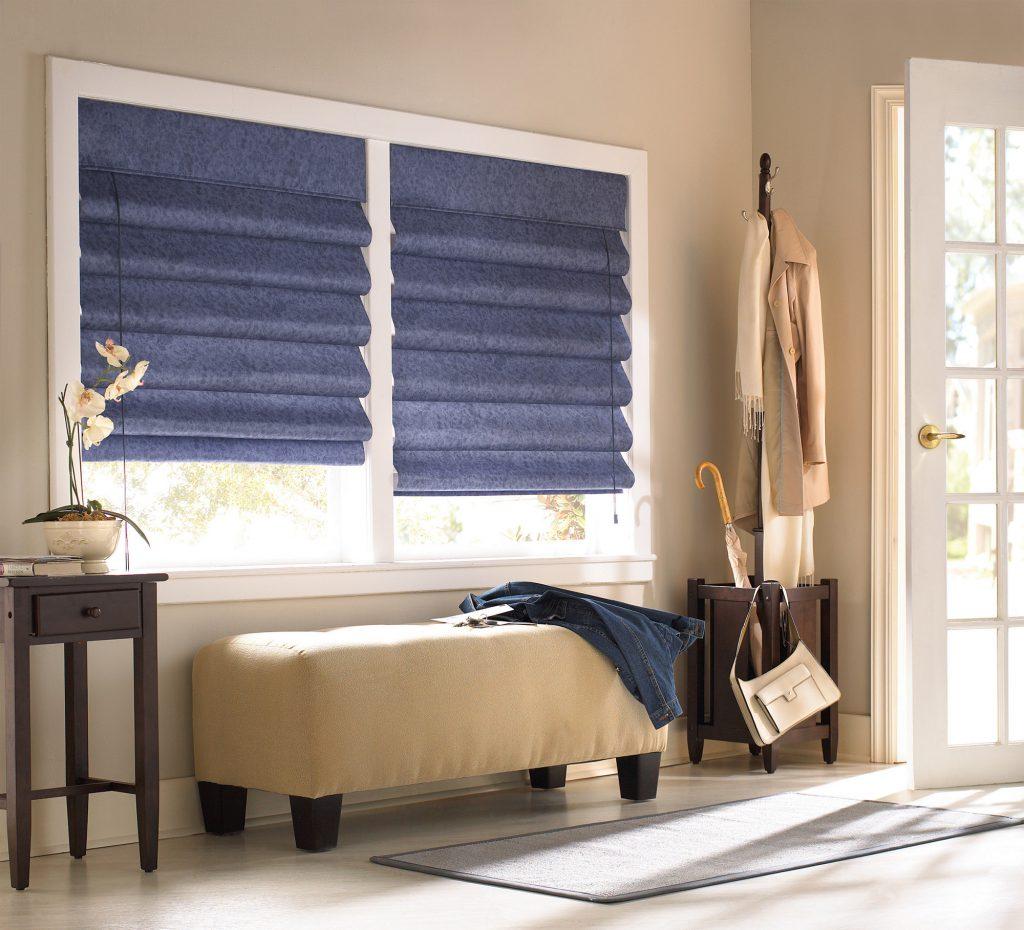 Синие римские шторы в прихожей