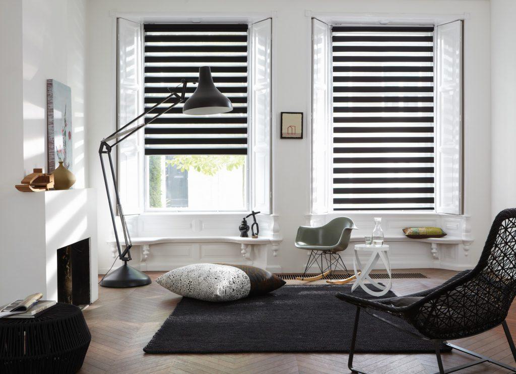 """Рулонные черные шторы """"день-ночь"""" в гостиной в скандинавском стиле"""