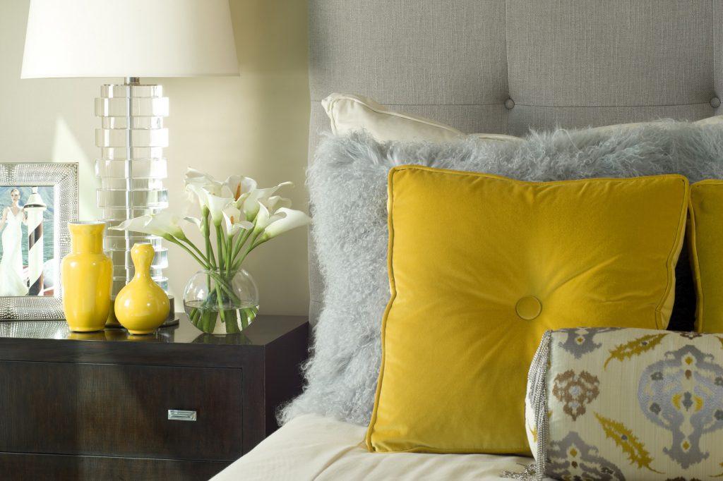 Желтые подушки и вазы в спальне