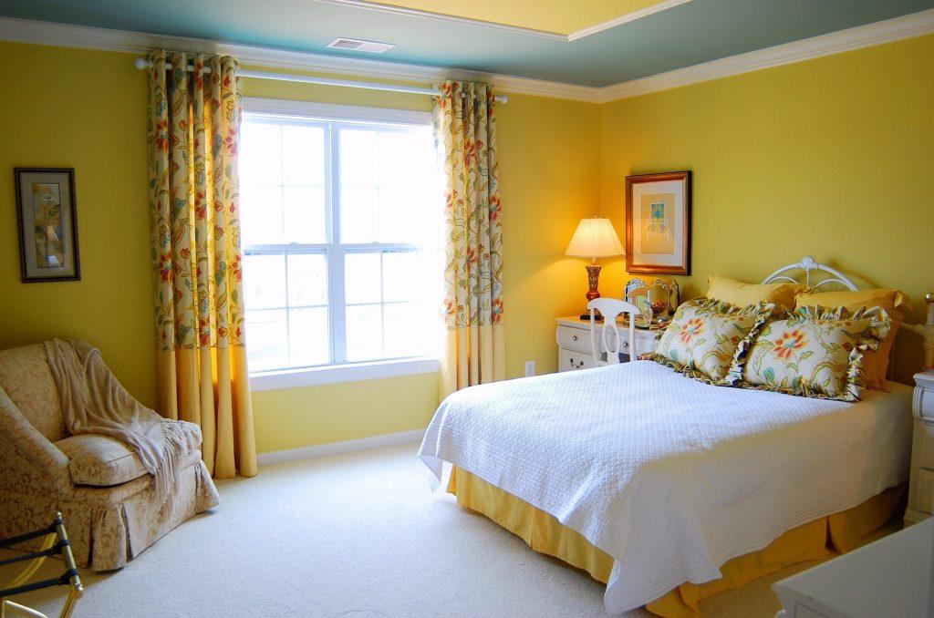 Желтые стены в просторной спальне