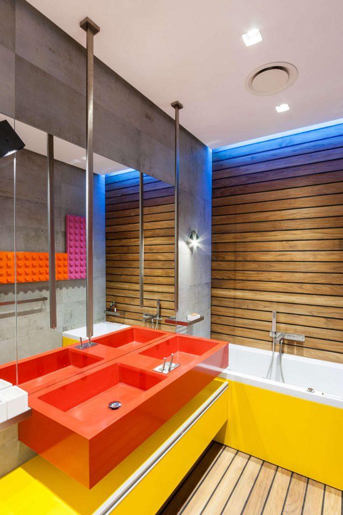 Красные и желтые элементы в ванной