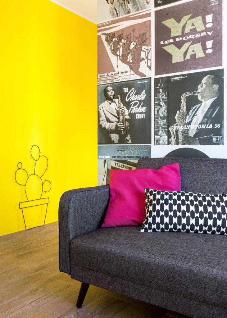 Желтая стена в комнате отдыха