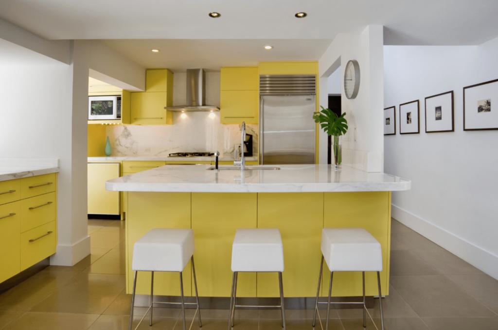 Желтый цвет оживляет кухню, делает интерьер интереснее