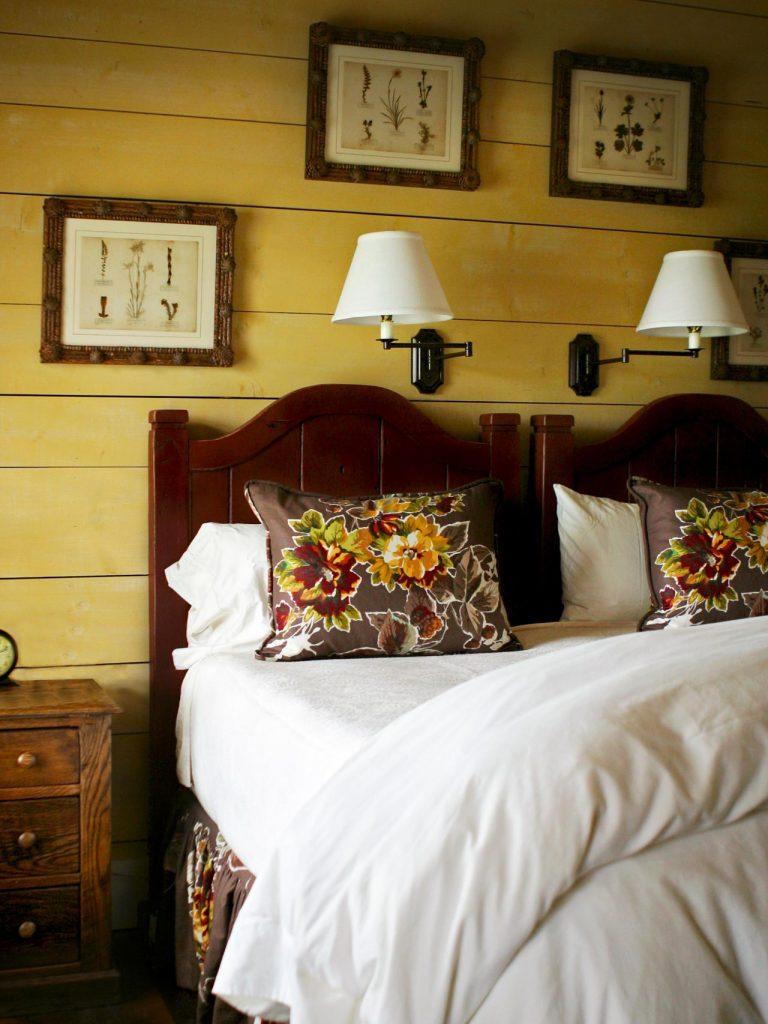 Желтые стены в спальне в стиле кантри