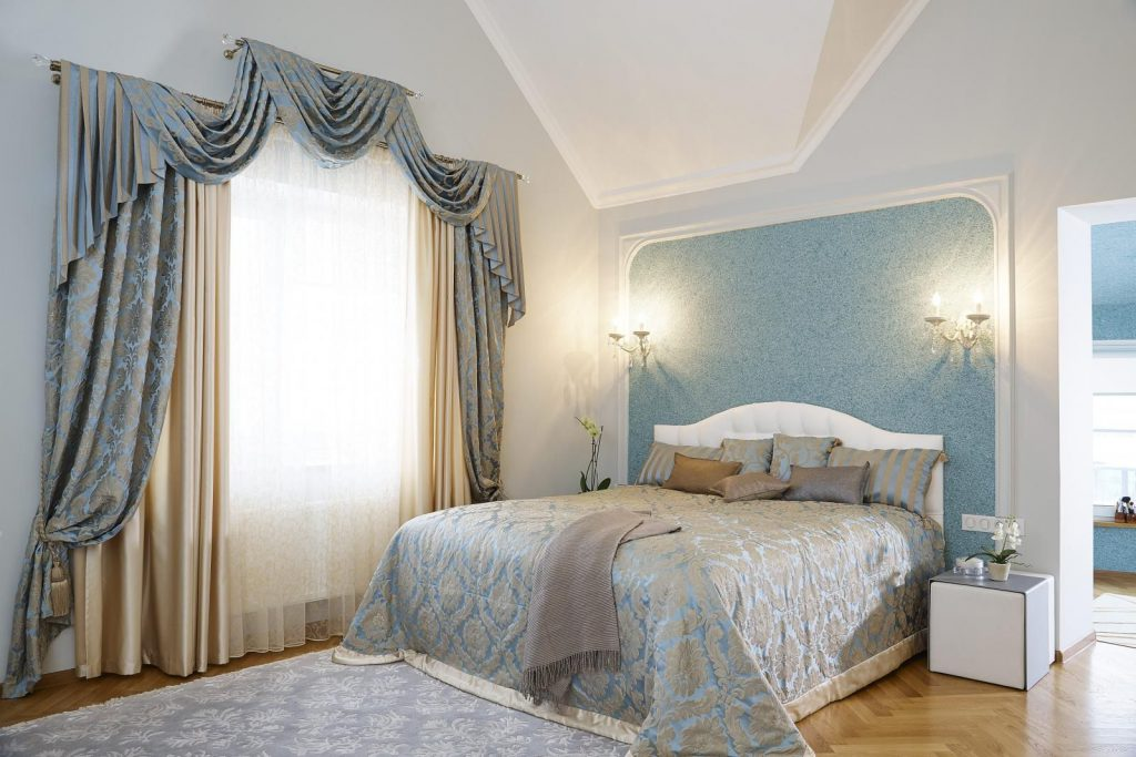 Голубые жидкие обои в спальне