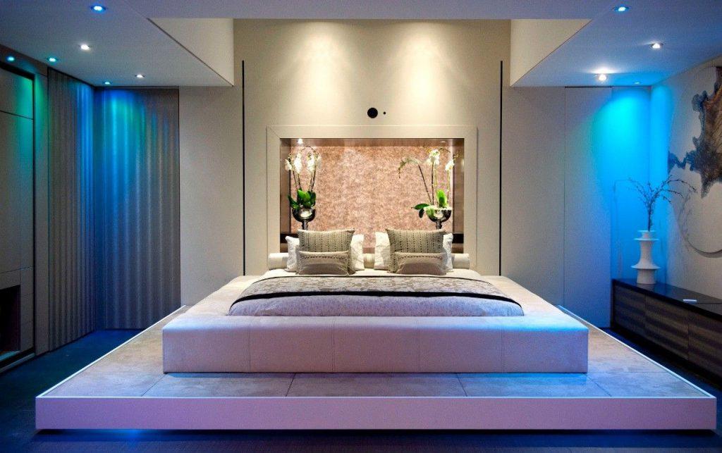 Декор стены жидкими обоями в спальне