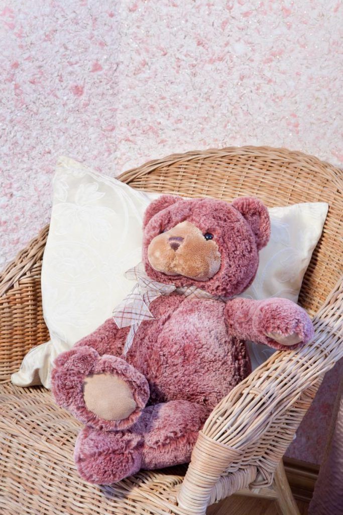 Розовые жидкие обои в детской комнате