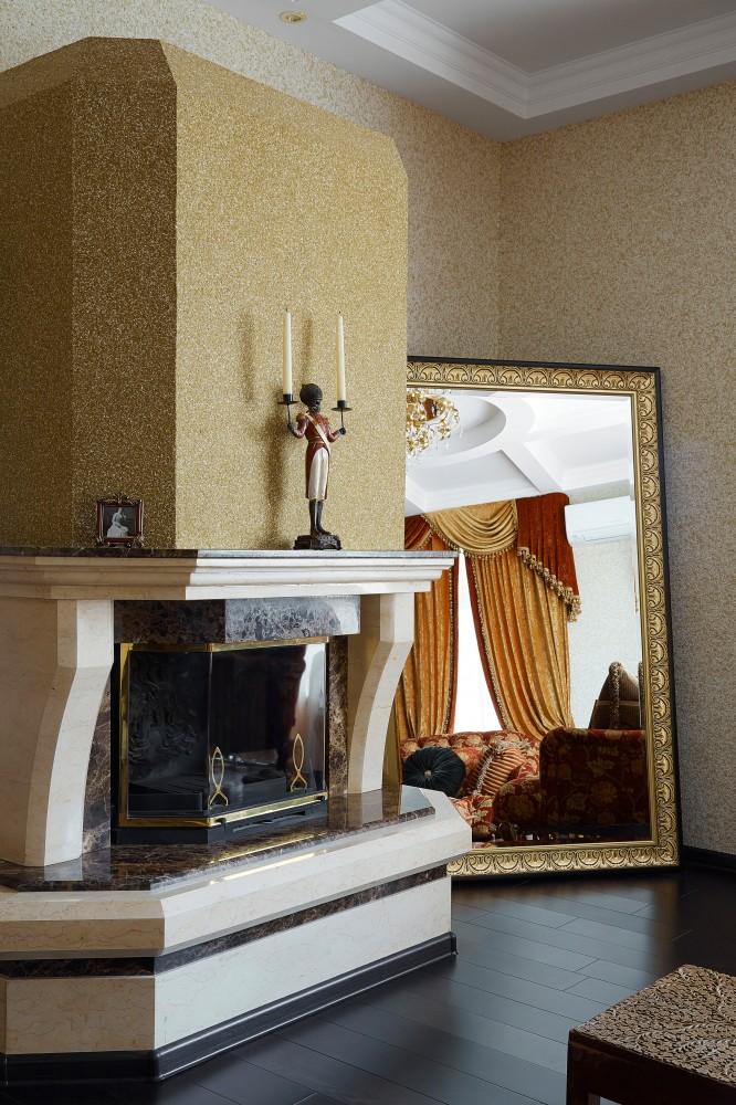 Золотистые жидкие обои с гостиной с камином