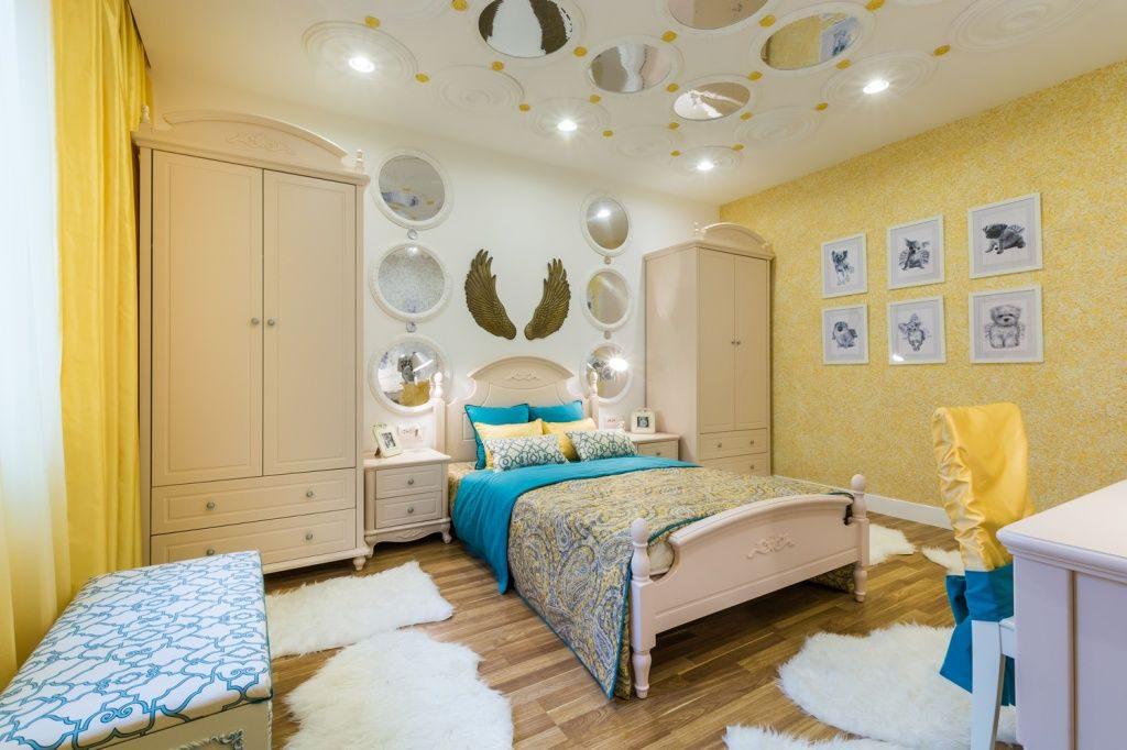 Желтые жидкие обои с интерьере спальни