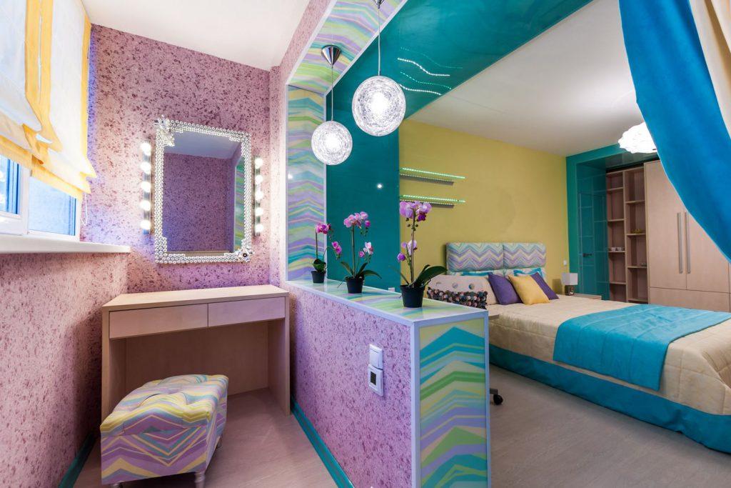Розовые жидкие обои в интерьере спальни