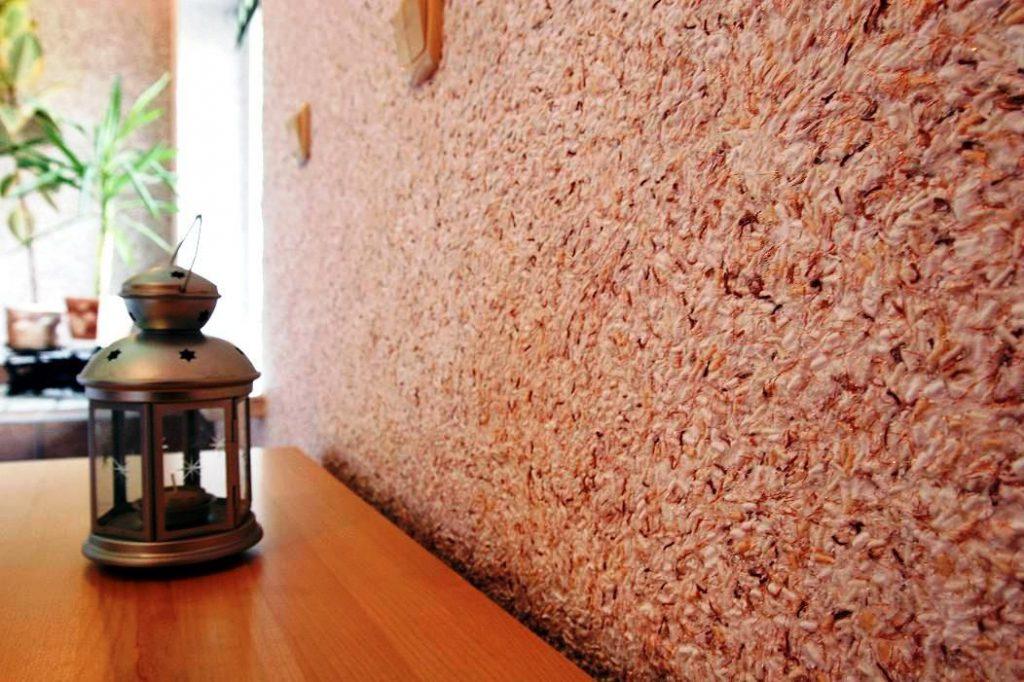Коралловые жидкие обои в интерьере комнаты