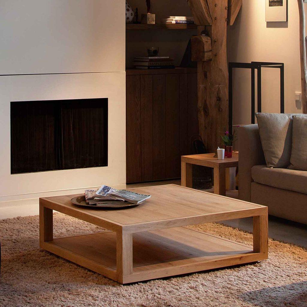 Низкий журнальный стол из дерева в гостиной