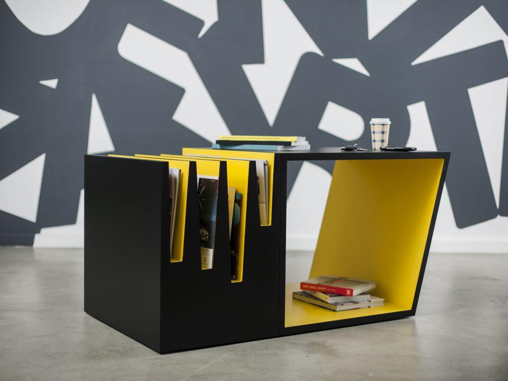 Желто-черный журнальный стол