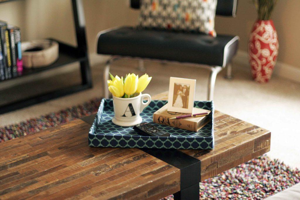 Узкий журнальный столик из дерева и металла