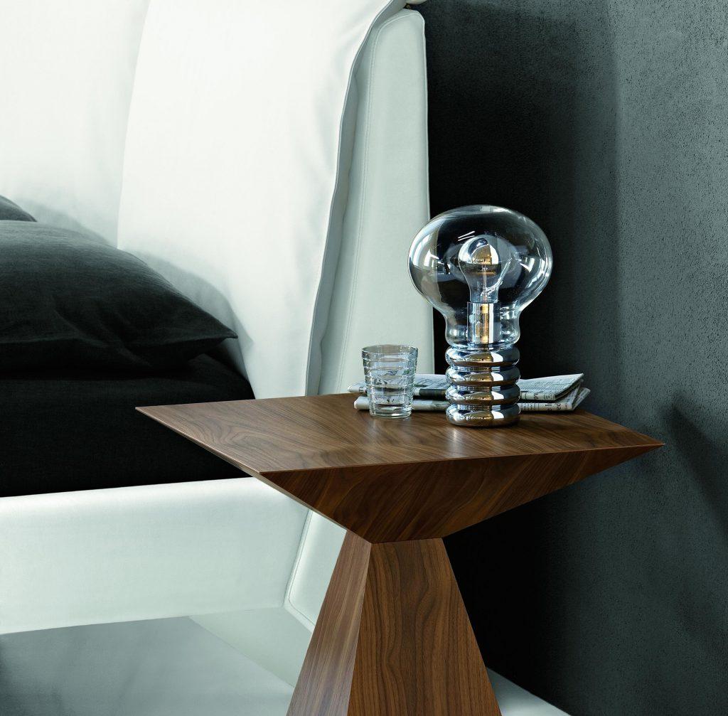 Необычный геометрический деревянный стол с лампой
