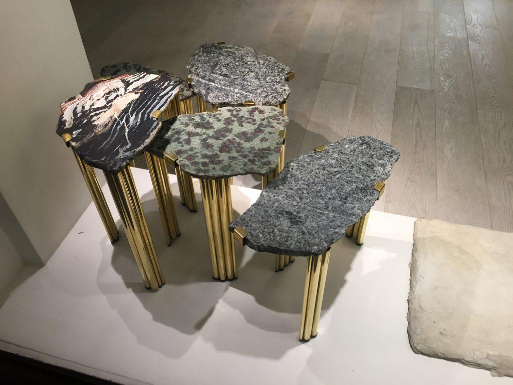 Кофейные столики из металлических трубок и каменных столешниц