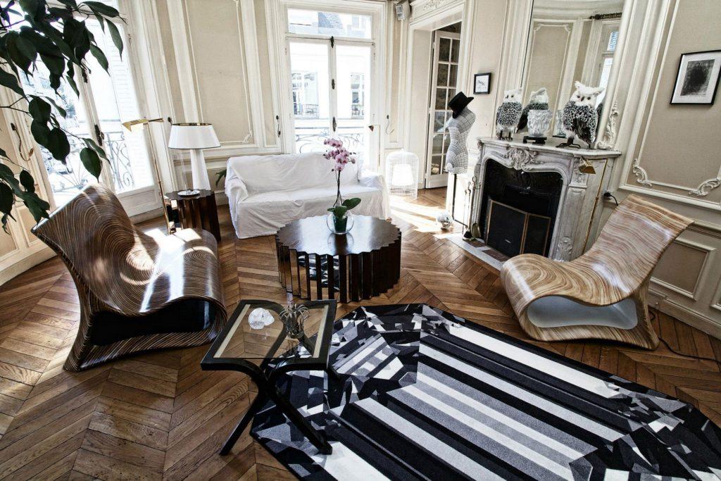 Круглый кофейный столик с зеркальными панелями и журнальный стол из металла и стекла в гостиной