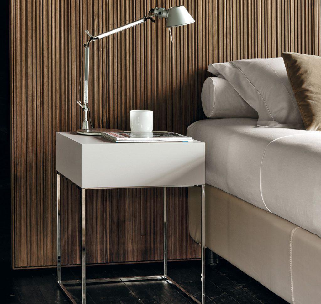 Прикроватный столик из металла и белого пластика