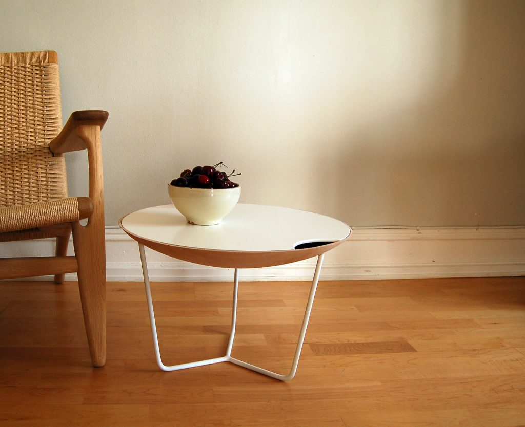 Круглый журнальный стол из пластика и дерева