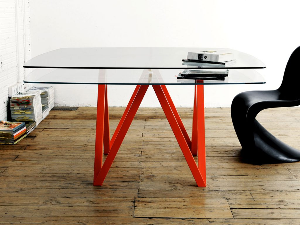 Удобный журнальный стол с двумя полками