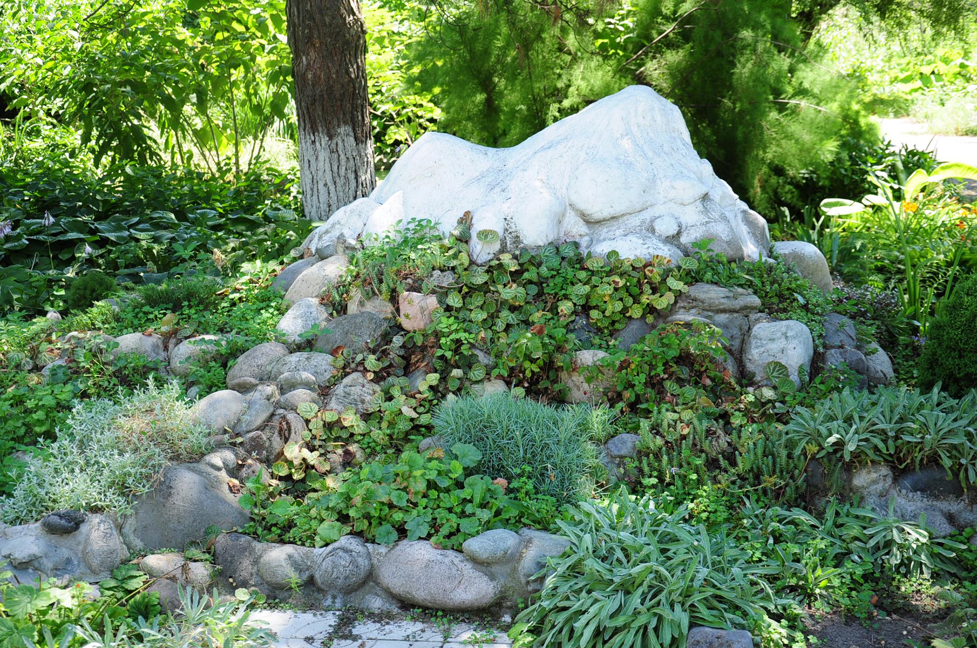 Альпинарий с большим камнем на даче