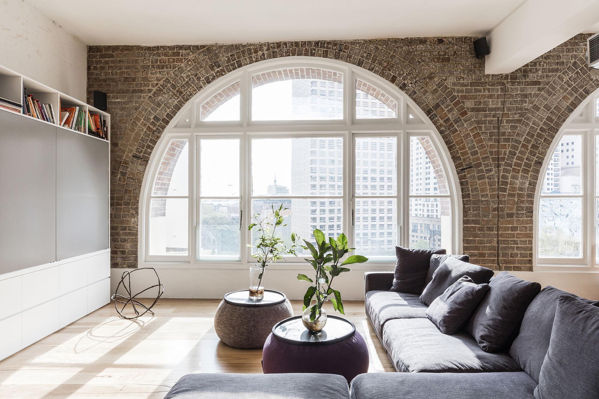 Арочные окна в интерьере двухуровневой квартиры