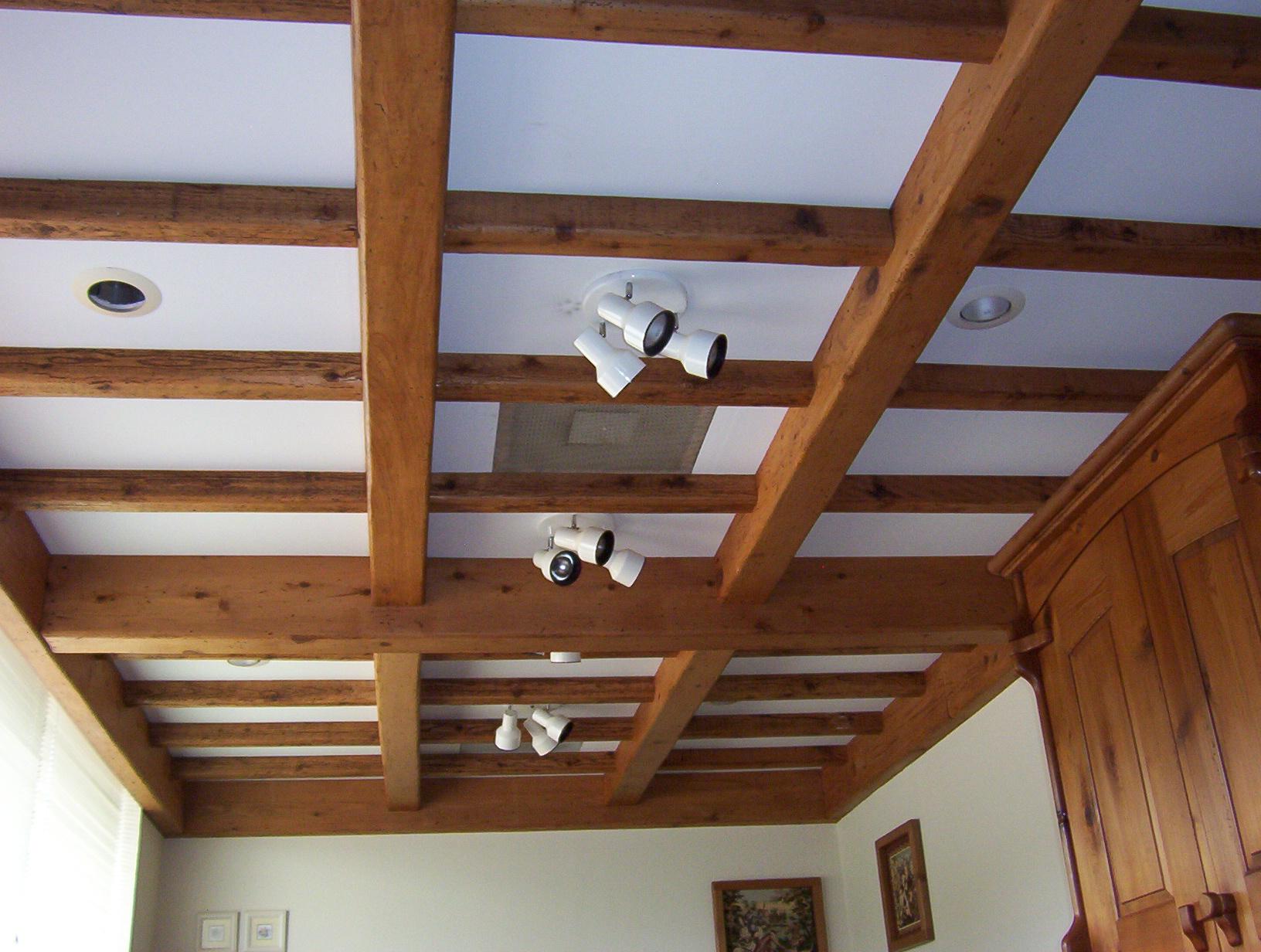 Коричневые балки на белом потолке с подсветкой
