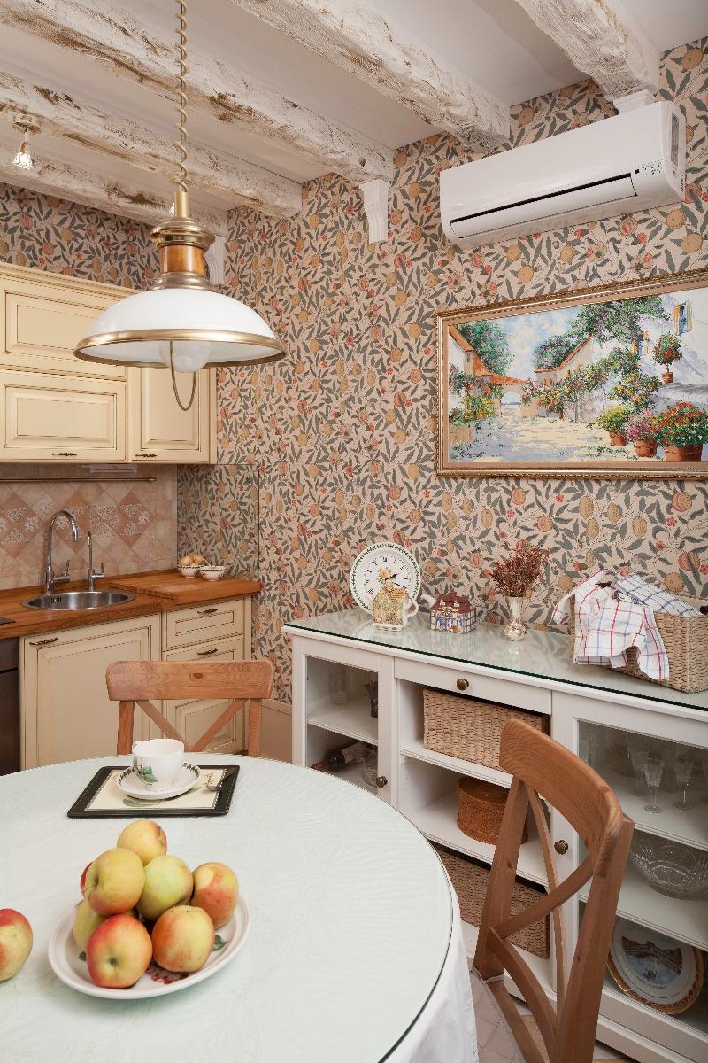 Балки на потолке в кухне из полиуретана