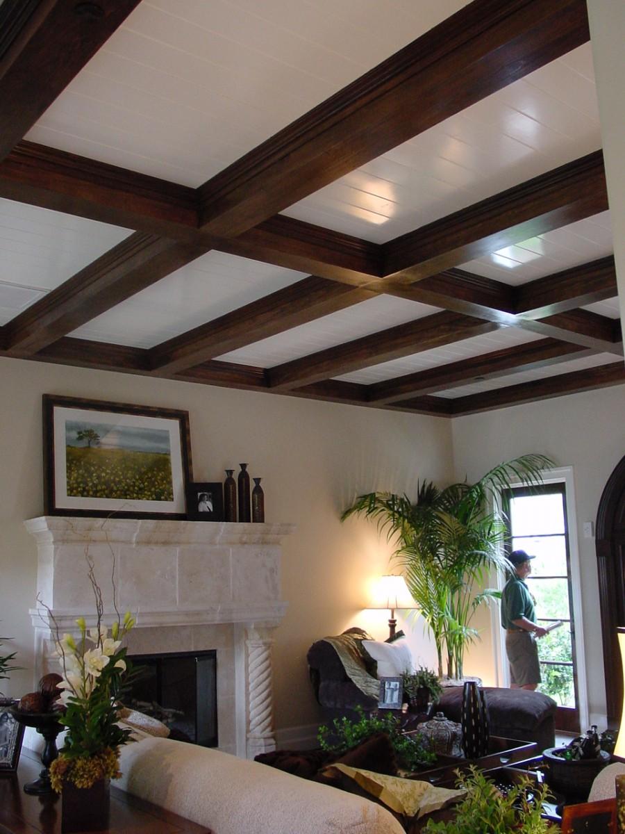 Декоративные потолочные балки в гостиной