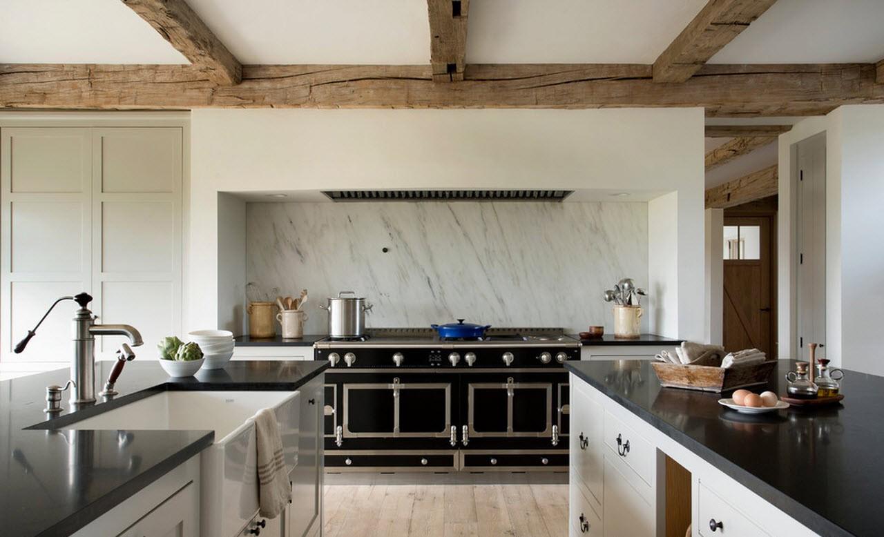 Деревянные балки на потолке в светлой кухне