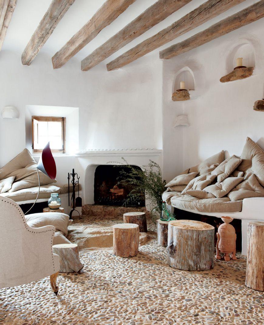 Деревянные балки на потолке в белой гостиной
