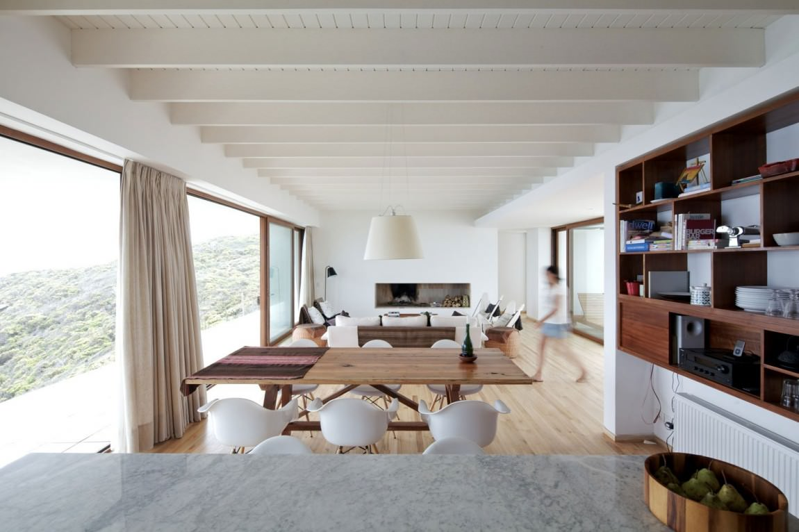 Белый потолок с балками в доме