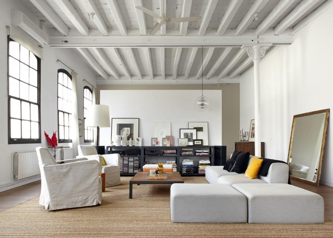 Белый потолок с балками в большой гостиной