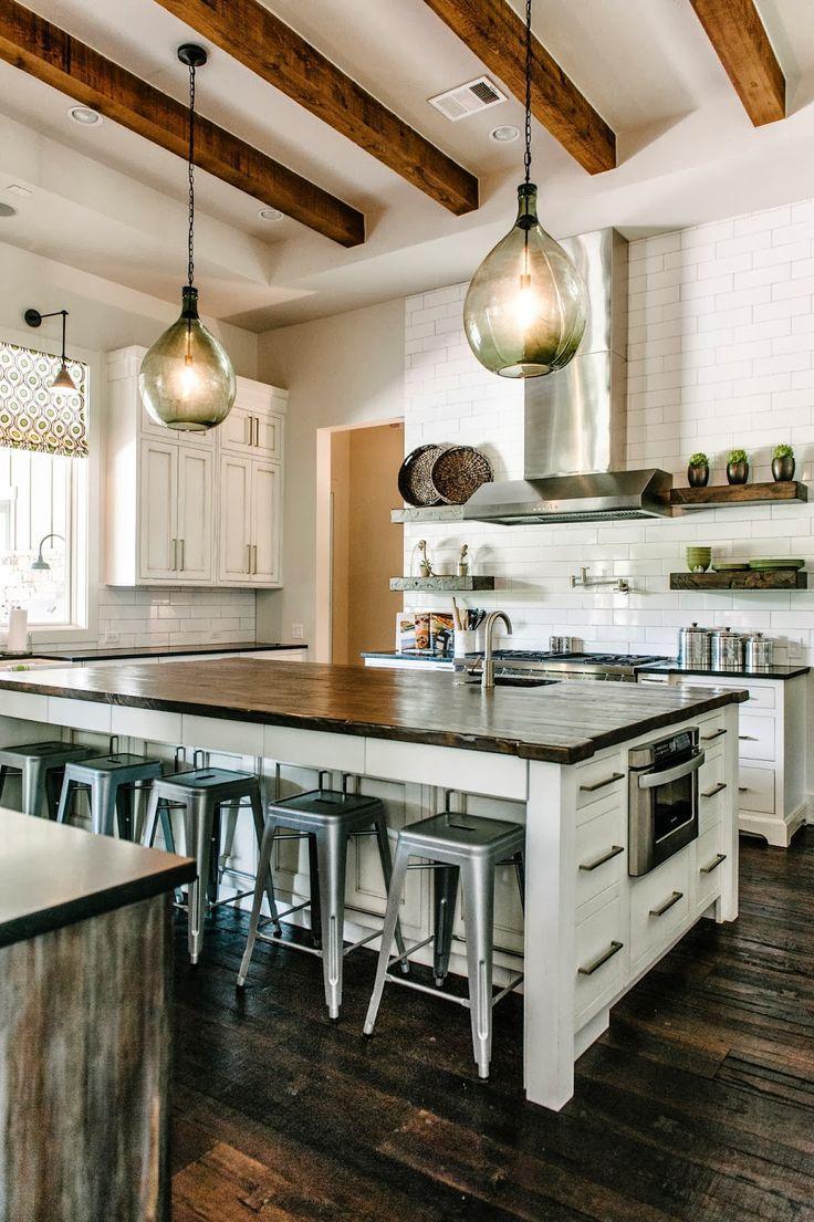 Коричневые балки в бело-коричневой кухне
