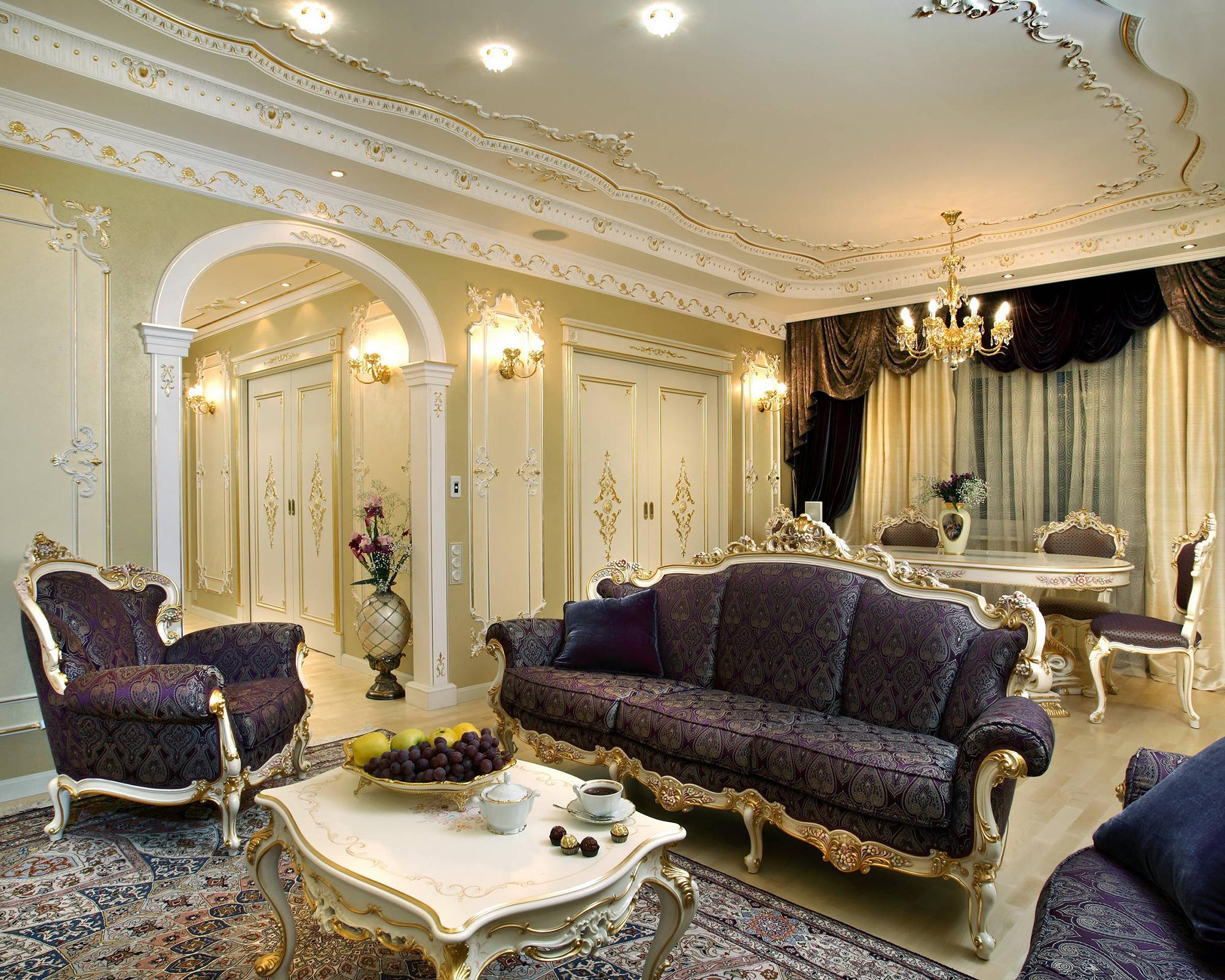 Золотисто-фиолетовая мебель в гостиной в стиле барокко