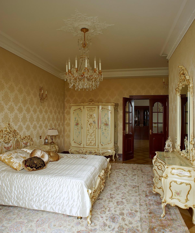 Золотисто-бежевая мебель в спальне в стиле барокко
