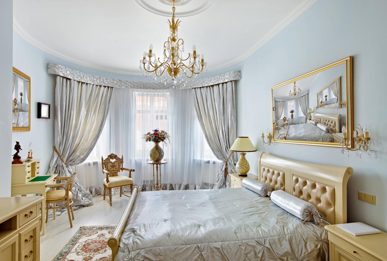 Золотисто-голубая спальня в стиле барокко