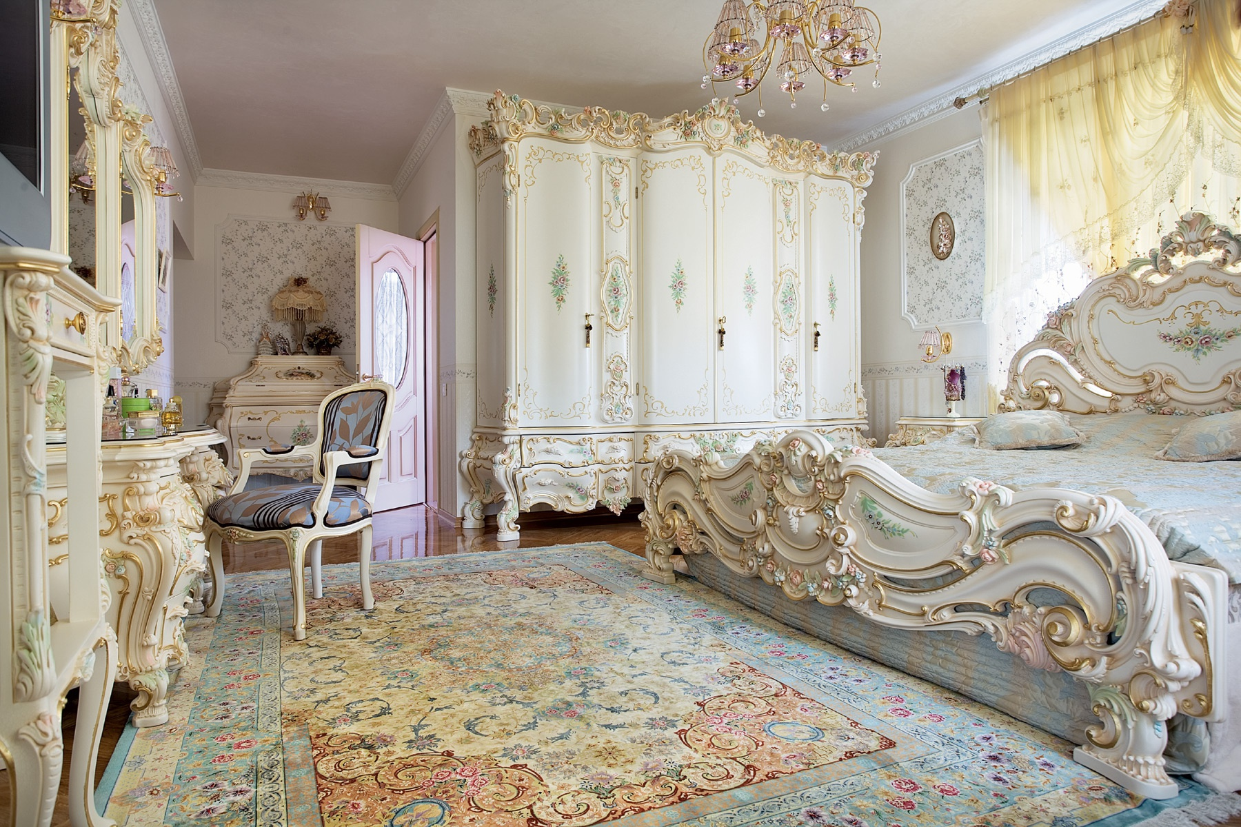 Большая спальня в стиле барокко