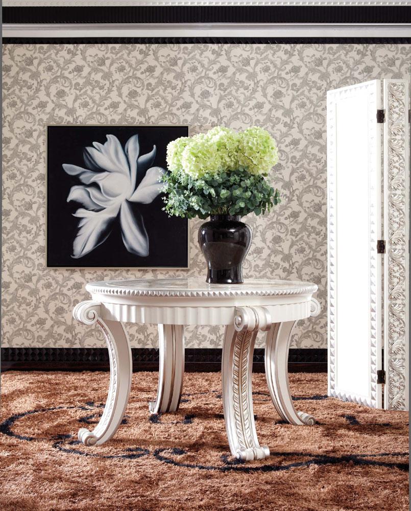 Красивый стол для создания интерьера в стиле барокко