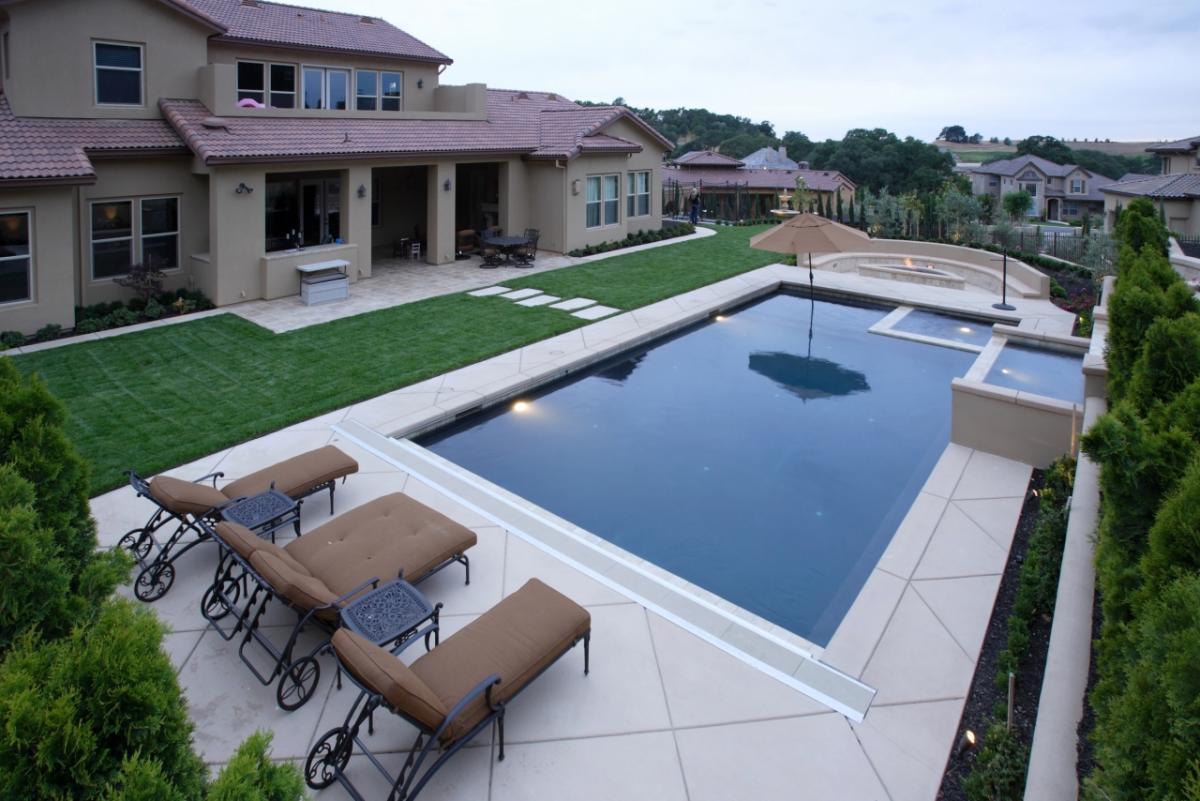 Красивый бассейн на заднем дворе