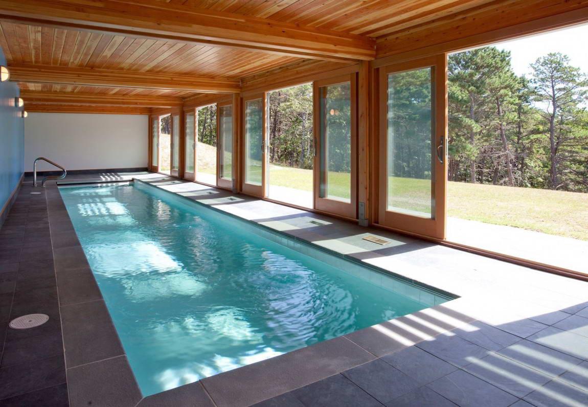 Длинный крытый бассейн